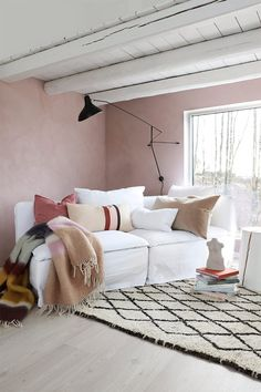 Vårlig vakkert med rosa stue. Med ny farge på veggene, noen vårlige tekstiler og friske blomster i vasen, skaper du lett en ny og frisk stil! Work Surface, Modern Kitchen Design, Living Room, Bed, Furniture, Home Decor, Interiors, Paint, Pink