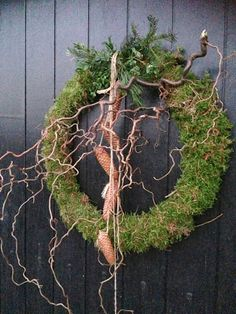 moss wreath with greenery, pine cones, and curly willow – Advent Wreath İdeas. Christmas Greenery, Christmas Arrangements, Rustic Christmas, Floral Arrangements, Christmas Crafts, Christmas Decorations, Art Floral Noel, Moss Wreath, Willow Wreath
