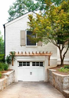 Pergola and painted brick, nice renovation. I love that the garage is undergroun… Pergola and painted brick, nice renovation. I love that the garage is. Small Pergola, Pergola Attached To House, Curved Pergola, Metal Pergola, White Pergola, Modern Pergola, Rustic Pergola, Small Patio, Patio Roof