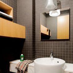Une mini salle de bains structurée par le noir et blanc - Marie Claire Maison