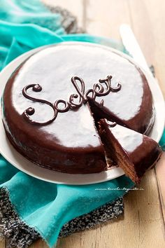 Sacher Cake: Recipe and Secrets step by step of the Sacher Tor .- Torta Sacher: Ricetta e Segreti passo passo della Sacher Torte Sacher Cake: Recipe and step by step secrets of the Sacher Torte - Valentine Desserts, Chocolate Torte, Chocolate Recipes, Sacher Cake Recipe, Easy Cake Recipes, Sweet Recipes, Torte Cake, Dessert Table, Amazing Cakes