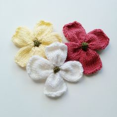 Knitted Dogwood Blossoms by Linda Thach, a free pattern. Great idea to reduce your leftover yarn stash and is great for brooches, additions to hats and scarves or use it in place of a bow on gift boxes! This one also includes a video tutorial. Easy Knitting, Knitting Stitches, Knitting Patterns Free, Free Pattern, Yarn Projects, Knitting Projects, Crochet Projects, Knitting Ideas, Crochet Stitches