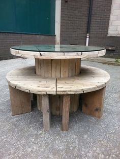 Upcycled Cable drum table and bench set                                                                                                                                                                                 Mais