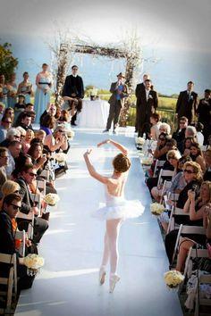Inusitada entrada de uma daminha Linda! #inspiração #fofura #daminha #flowergirl #casamento #elegante #casare #sitesdecasamento #sofisticado