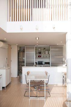 冷蔵庫や食器類を隠すため、キッチンのバックセットには引戸が必要だった。戸を閉めるとキッチンの存在感が薄れワンルームに。 Kitchen Organization Pantry, Kitchen Storage, Kitchen Interior, Interior And Exterior, Natural Interior, My Dream Home, Kitchen Remodel, Sweet Home, House