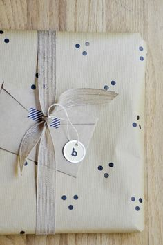 Emballage cadeau original et beau - idée créative Gift Wrapping, Wrapping Ideas, Christmas Diy, Wraps, Birthday Parties, Gifts, Jeanne, Couture, Coin