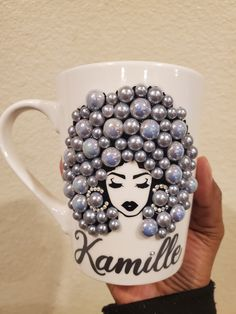 Afro bling woman mug Dyi Crafts, Diy Arts And Crafts, Crafts To Sell, Diy Wine Glasses, Decorated Wine Glasses, Bling Bottles, Diy Mug Designs, Wine Glass Crafts, Diy Mugs