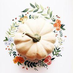 Une belle citrouille blanche, décorée, avec une couronne d'automne arty, peinte