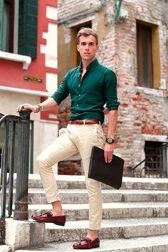 Look formal para a primavera. Camisa verde (bem ajustada), calça de sarja creme, sapato e cinto marrons.
