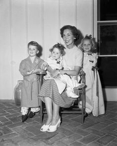 Mia Farrow with her mom actress Maureen O'Sullivan and 2 of her siblings. Mia's the little girl standing in the long dress. Mia was one of 7 children in that family. Old Hollywood Stars, Hooray For Hollywood, Andre Previn, Maureen O'sullivan, Celebrity Siblings, Star Family, Mia Farrow, John Charles, Child Smile
