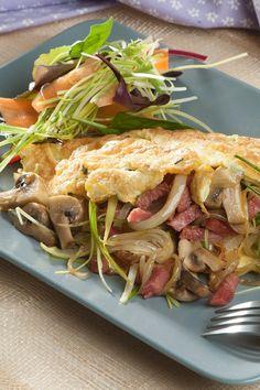 Omelet med fyld af kalkunbacon, porre og champignon. God til både brunch og frokost.