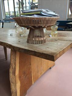 Piet Hein Eek's houten collectie, Fairtrade, Handmade in Vietnam. De fruitschaal gevuld met tijdschriften op een prachtig unieke houten tafel in de brasserie @Piet Hein Eek