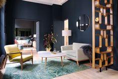 Azul marinho ganha contrastes elegantes em decoração parisiense (Foto:  Divulgação)