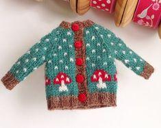 Little Cotton Rabbits, Pinafore Dress, Waldorf Dolls, Knitted Dolls, Christmas Knitting, Hand Knitting, Knitting Ideas, Blythe Dolls, Knit Dress