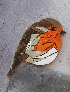 Tableau en mosaïque et peinture, rond, en relief, collection BIRDS 1.Pièce unique. Dimensions : 33 cm de diamètre (13.2), 2 cm dépaisseur. Association de deux techniques, peinture en trompe l'œil et incrustation d oiseaux en mosaïque de verre de Venise. Dans un décor poétique en peinture