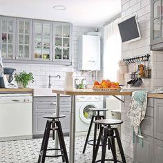 Una distribución funcional dividida en tres zonas —lavado, cocción y almacenaje— facilita las tareas en esta cocina de aire retro. El plus: una barra para desayunar a diario.