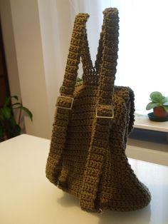 Esta mochila, aunque no lo parezca es muy facil,   el cuerpo esta hecho a crochet de una sola pieza.   Las asas es mejor poner...