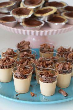 Kolapannacotta med daimkross | Fikastunder | Bloglovin' Pudding Desserts, No Bake Desserts, Dessert Recipes, Cheesecakes, Best Sweets, Swedish Recipes, Dessert Drinks, Mousse, Lchf