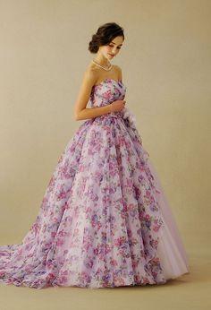 花柄とレースがロマンチックなドレス。風を纏うと優雅に揺らめくパープルのカラードレス♡花嫁衣装の参考一覧まとめ♪