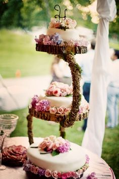 :  Classic Vintage Garden Wedding Cake #vintagegarden #vintageweddings #gardenweddings
