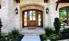Exterior Brick color Old Texas Brick - Tanglewood- smeared mortar Exterior House Colors, Exterior Paint, Exterior Design, Diy Exterior, Exterior Signage, Exterior Doors, Style At Home, Smeared Mortar, Light Brick