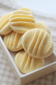 Logo deste paréntese vacacional, incorpórome de novo á actividade bloguera con estas galletas que vin no estupendo blog Kanela y Limón ...