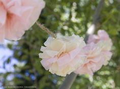 Guirnalda de pompones en tonos rosa y crema para decorar bodas, fiestas o la habitación de tus peques.