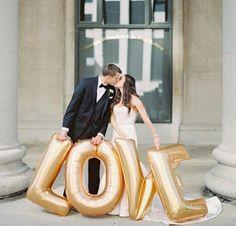 Balões de gás love para foto de noivos