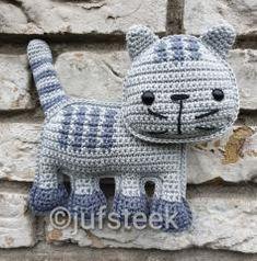 Knuffel rammel Poes | Knuffel rammelaar | Juf Steek Diy Crochet Toys, Kawaii Crochet, Crochet Bear, Crochet For Kids, Crochet Animals, Crochet Projects, Crochet Dinosaur Patterns, Crochet Patterns, Crochet Flats