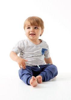 Kleed jij je zoon graag sportief, maar ben je de standaard t-shirts een beetje zat? Of je nu van stippen of van streepjes houdt, met dit t-shirt zit je altijd goed!