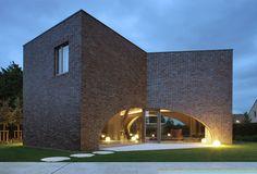 Moderna residencia calada a partir de tres cubos - Una bella conexión a los jardines