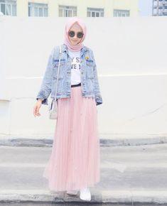 10 Ide Mix and Match Jaket Denim ala Hijab Influencer yang Super Chic! Modern Hijab Fashion, Hijab Fashion Inspiration, Muslim Fashion, Ootd Fashion, Korean Fashion, Fashion 2020, Fashion Outfits, Hijab Style, Casual Hijab Outfit
