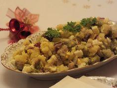 Przepis na sałatka śledziowa na wigilię. Filety śledziowe opłukać i przełożyć do miseczki. Do szklanki włożyć woreczek zwykłej herbaty, zalać wrzącą wodą i zostawić do ostudzenia pod przykryciem. Polish Recipes, Polish Food, Fish Dishes, Risotto, Potato Salad, Curry, Potatoes, Ethnic Recipes, Curries