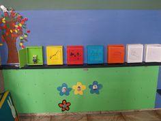 Dagkalender - elke dag een voorwerp ivm activiteit die dag of bordverf er in en er in tekenen Reggio Emilia, Toy Chest, Nursery, School, Decor, Calendar, Basteln, Decorating, Baby Rooms
