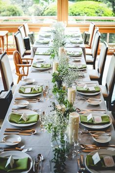 Green and Eco-Friendly Decorating Ideas for the Holidays Banquet Table Decorations, Banquet Tables, Cheer Banquet, Long Table Wedding, Wedding Mint Green, Wedding Arrangements, Table Flowers, Table Settings, Outdoor Settings