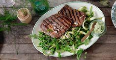 Denne retten fra Tinas sommer får det lille ekstra med asparges og mynte ved siden av. Vinaigrette, Kiwi, Steak, Food, Steaks, Hoods, Meals, Beef
