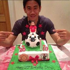 Shinji Kagawa celebrated his 25th birthday as a @manutd player... and with a @manutd cake!