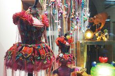 Cute & colorful shop window in Lucca.     http://soloha.vn/tham-trai-san-khach-san/tham-trai-san-khach-san-sa-ma-912.html