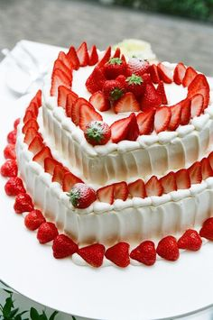 Find images and videos on We Heart It - the app to get lost in what you love. Strawberry Wedding Cakes, Wedding Cakes With Cupcakes, Strawberry Cakes, Cupcake Cakes, Sweetie Birthday Cake, Birthday Cake Roses, Birthday Desserts, Sweet Recipes, Cake Recipes