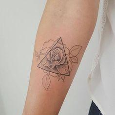 tattoos blumen, kleine tätowierung mit geometrischen motiven und rose
