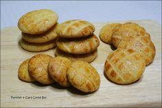 집에서 해먹는 시중과자 마가렛쿠키 시중에서 파는 마가렛쿠키를 그대로 재현한 고소한 쿠키입니다. 박력분 160g, 아몬드가루 80g, 베이킹파우더 1/2ts, 계란 1개, 럼주 1ts, 계란물 버터 120g, 설탕 100g 상온에두어 말랑한버터(120g)을 준비합니다. 상온에둔 버터는 적당히 크림화시켜주시고 설탕(100g)을 넣고 설탕의 서걱거림이 줄어들때까지 잘 섞어주세요. 설탕이 잘 섞이면 계란(1개)을 4~5번에 나누어서 섞어주세요. 체쳐둔 가루들(박력160g, 아몬드가루 80g, 베파1/2ts)를 넣어주세요. 그리고 주걱을 세워 #모양으로 반죽을 섞어주세요. 반죽이 다 되면 요렇게 비닐에 넣어 냉장고에서 20~30분가량 휴지시켜주세요. 휴지가 끝난 반죽은 적당한 크기로 분할 후 둥글려 약 7mm~10mm 사이의 높이로 눌러주세요. 적당한 간격으로 팬닝하시고 요렇게 칼집을 내어 주니다. 이제 계란물(계란노른자+물약간)을 솔에 묻혀 반죽위에 살살 발라줍니다. 그러면 예열된…