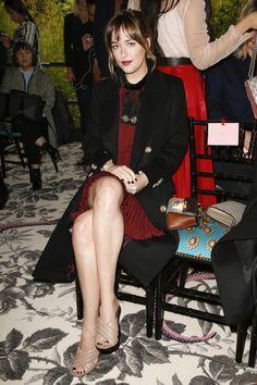 Dakota Johnson en robe rouge chez Gucci