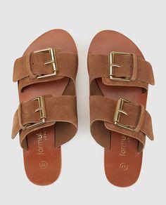 Sandalias planas en ante marrón con doble tira de cierre de hebilla.