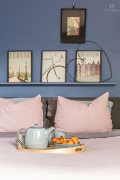 Bedroom - slaapkamer - in the colour Greek Sky. Here painted with Licetto a paint with a matte appearance that very washable is. Home Wall Colour, Bedroom Paint Colors, Paint Colours, Gallery Wall, Sky, Pure Products, The Originals, Blog, Inspireren