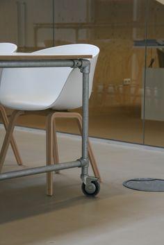 Tafel met underlayment blad in combinatie met steigerbuis onderstel op wielen www.houtenzo.com