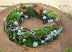 Moss wreath - On the rim of the crust is fixed moss and sedum (Sempervivum)  | Flowers and Garden