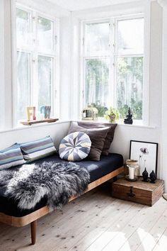 sofá decoração sob janela
