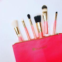 Bộ cọ 6 cây BH Cosmetics Neon Pink Brush Set with Cosmetic Bag Giá: 350k  Bộ cọ 6 cây với sắc hồng neon chói lóa nhưng không kém phẩn trẻ trung nghịch ngợm & sành điệu. Đây là một set cọ lý tưởng dành riêng cho các cô nàng cá tính hay dành mang đi du lịch.  Làm từ sợi tổng hợp có chất lượng cao cũng như không độc hại bảm đảm tiêu chí sợi cọ mềm để không ảnh hưởng đến da. Thiết kế cọ cũng ngắn hơn nhưng bộ cọ khác nhưng nhìn rất là đáng yêu nhé!  Bô cọ rất linh hoạt các các loại cọ có tính…