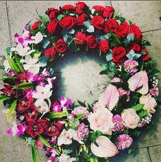 DIY funeral wreath that you can easily make at home Diy Sympathy Flower Arrangements, Sympathy Flowers, Diy Wreath, Wreaths, Create Picture, Funeral Flowers, Unique Flowers, Flower Decorations, Floral Wreath