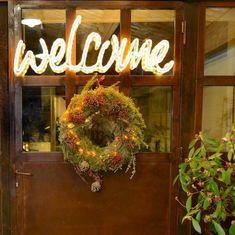 Déco de Noël extérieur : 20 idées lumineuses pour le jardin et la façade - Côté Maison Ideas Para, Facade, Neon Signs, Wreaths, Christmas, Lisa, Decorating Ideas, Home Decor, Gardens